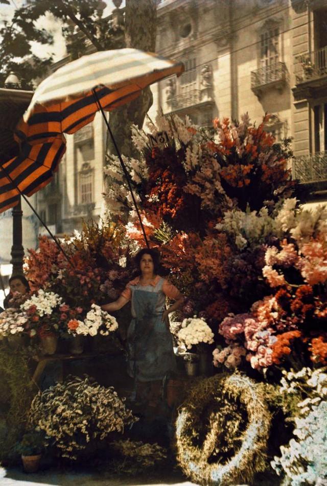 Женщина перед цветочным павильоном на бульваре Рамбла в Барселоне, Испания, март 1929 national geographic, неопубликованное, фото