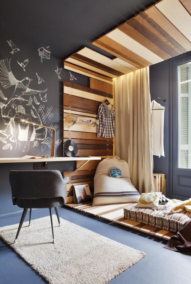 Разделение зоны отдыха и рабочего стола с помощью декора стены деревянными рейками и дощечками