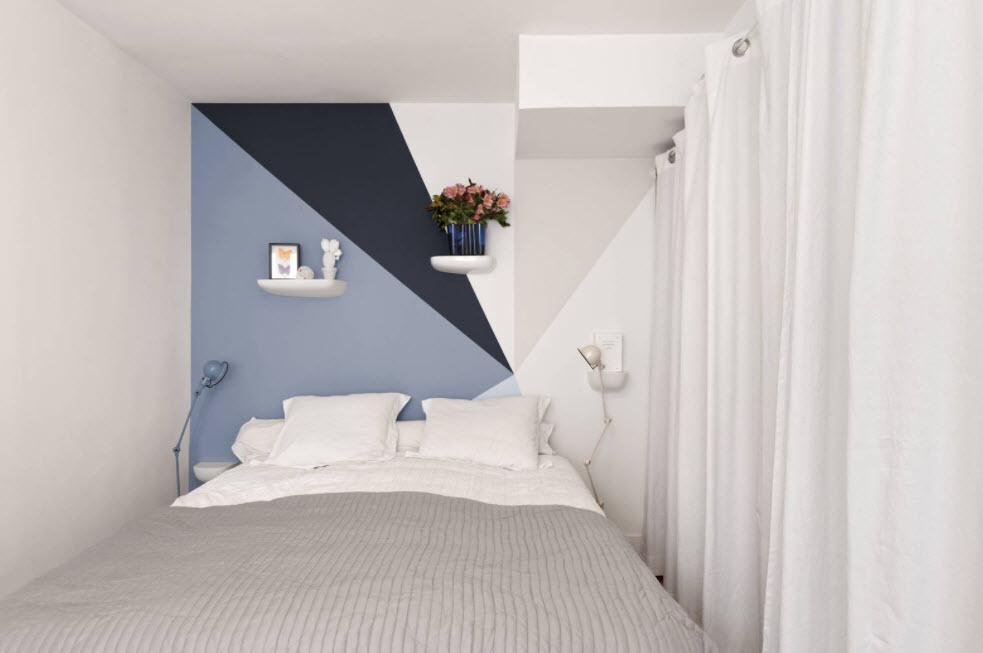 трехцветная отделка стены в мансарде