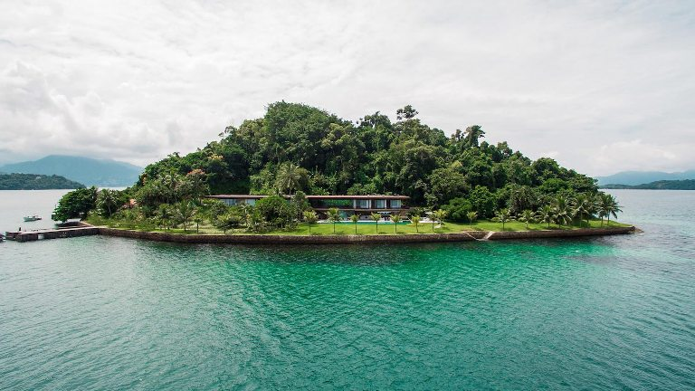 Дом с прозрачными фасадами на собственном острове.