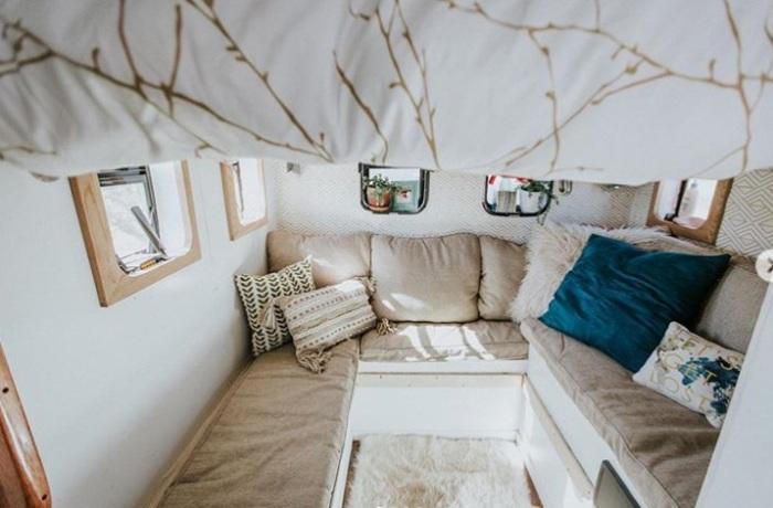 Уютная гостиная с мягкими диванами оформлена в светлых тонах. | Фото: instagram.com/ @wazimulife.