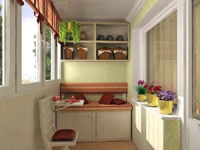 Этот вариант подходит для наслаждения пейзажем из окна и привлекает вместимостью шкафчика и мини-полочек.