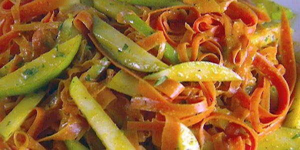 Салат из моркови и груши с пряной заправкой