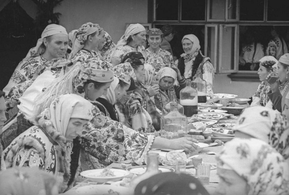 Смешные советские, картинка застолье в деревне