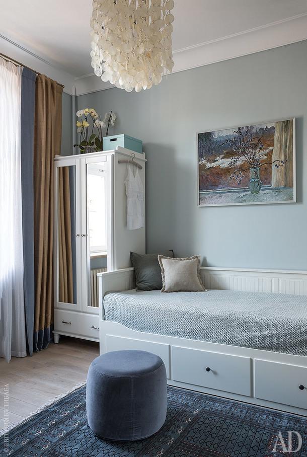 "Комната дочери. Кровать и шкаф, Ikea. Пуф, Massproductions. Ковер хозяйка привезла из Индии. Картина А. М. Старостина ""Весна за окном"", 1970‑е годы."