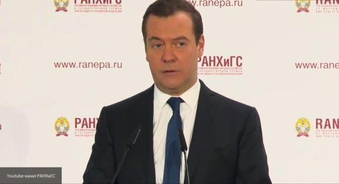 Социальные пенсии проиндексируют с 1 апреля - Медведев