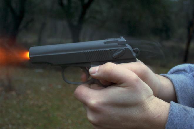 Как перезарядить пистолет Макарова одной рукой: видео от профи
