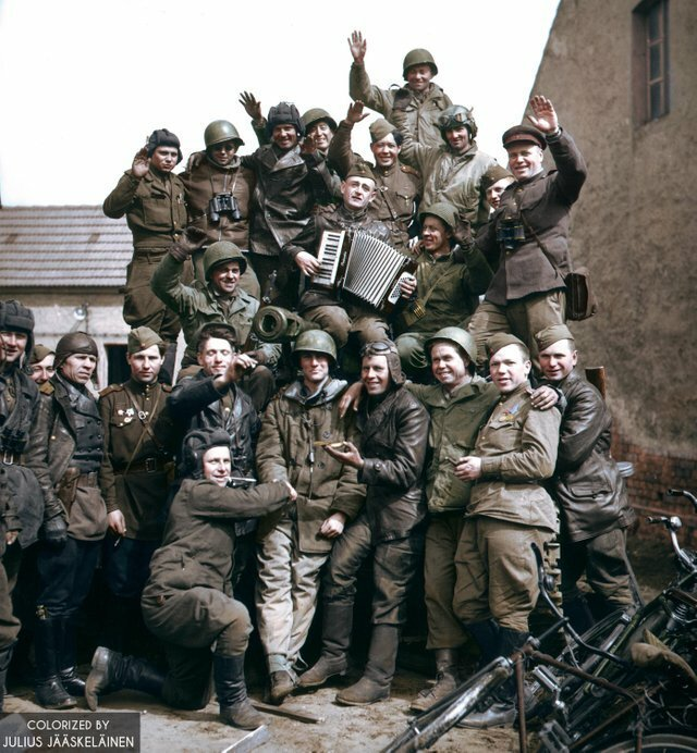 10. Советские и американские войска в немецкой деревне Грибо (Саксония) празднуют победу во Второй мировой войне. Фото: май 1945 года жизнь, исторические фото, история, прошлое, фото