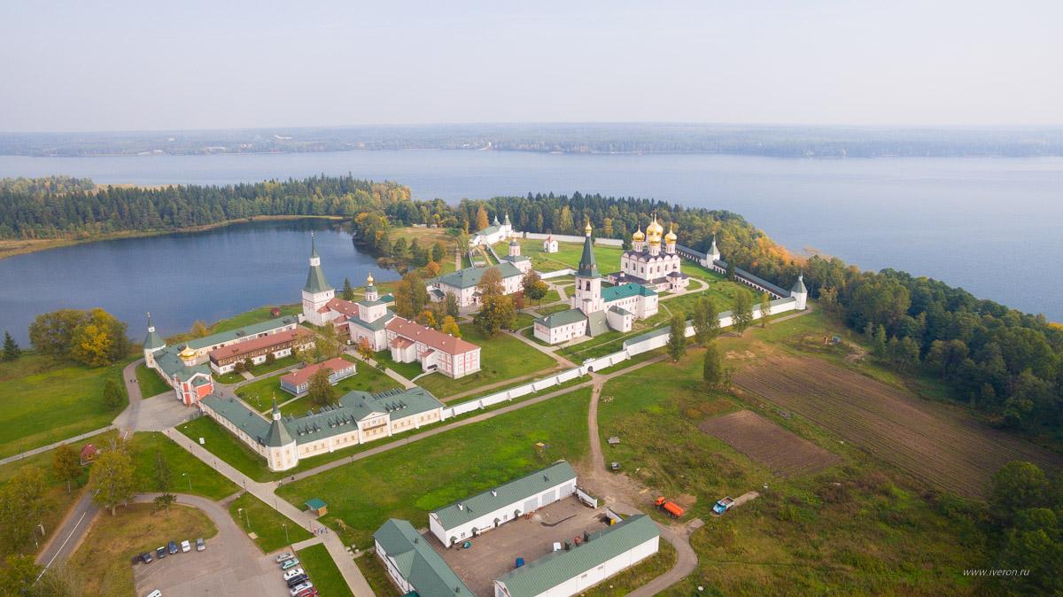 фото монастыря на острове озера в валдае личность