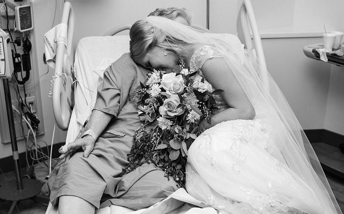 Невеста в день свадьбы приехала в больницу, чтобы порадовать свою бабушку