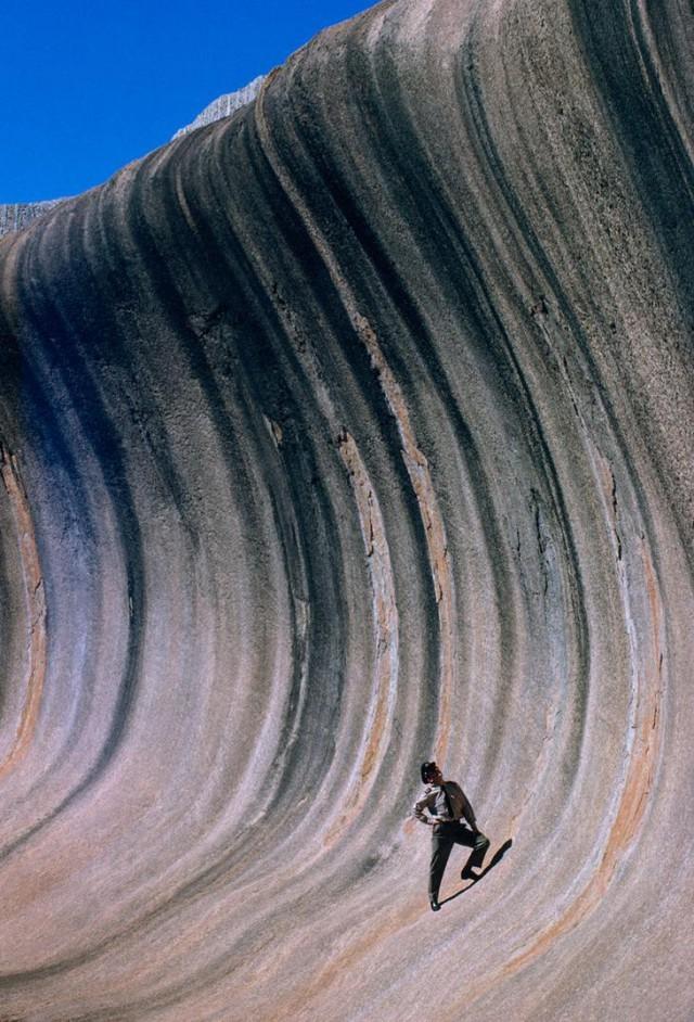 Скала, принявшая форму волны под длительным воздействием ветра и дождя, возвышается над равниной в Западной Австралии, сентябрь 1963 national geographic, неопубликованное, фото