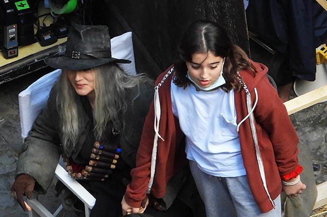 Младшая дочь Моники Беллуччи навестила ее на съемочной площадке в Риме