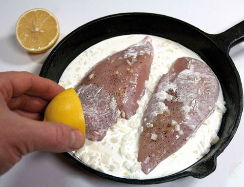 добавление лимонного сока к куриным грудкам
