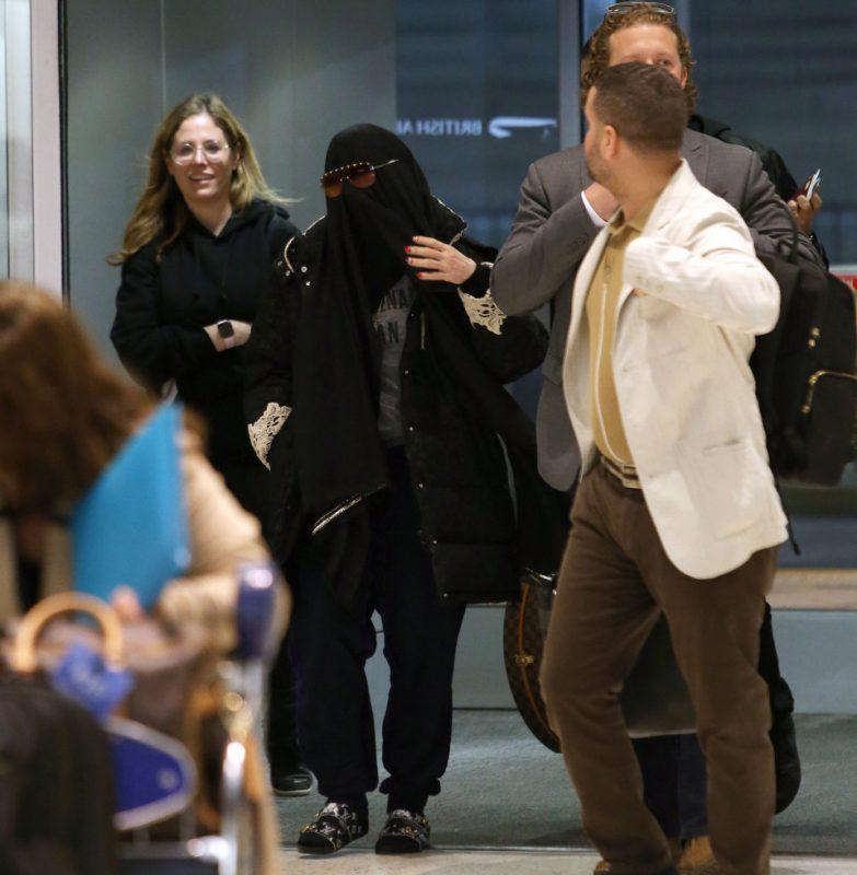 Мадонне пришлось снять паранджу в аэропорту Нью-Йорка Мадонна,паранжа