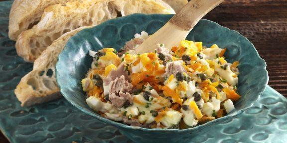 Салат из моркови, тунца, яиц и каперсов