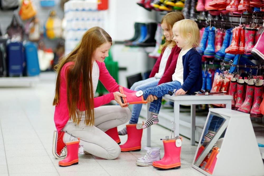 Через год в России запретят продавать обувь без чипа
