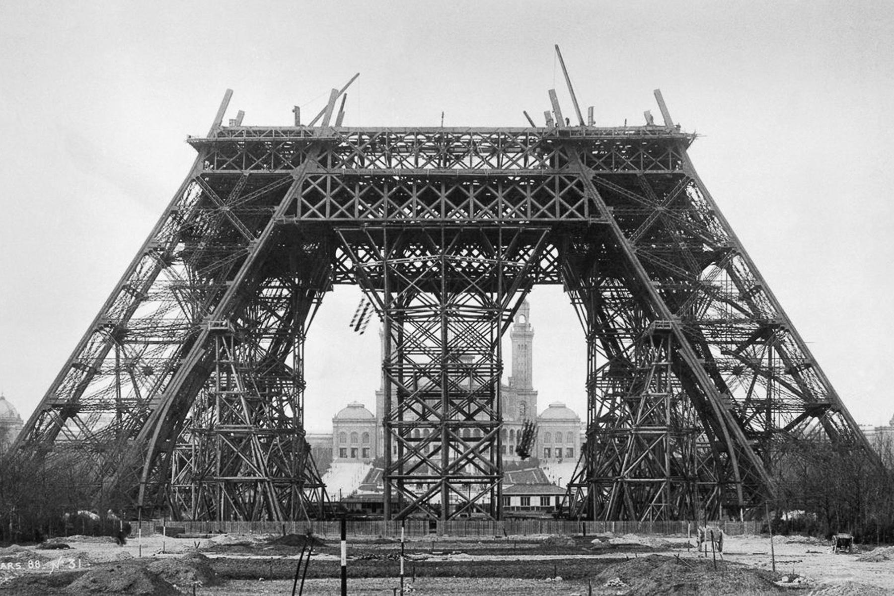 Ретрофото самой романтичной достопримечательности на Земле: как строили Эйфелеву башню 130 лет назад достопримечательности,интересное,мир