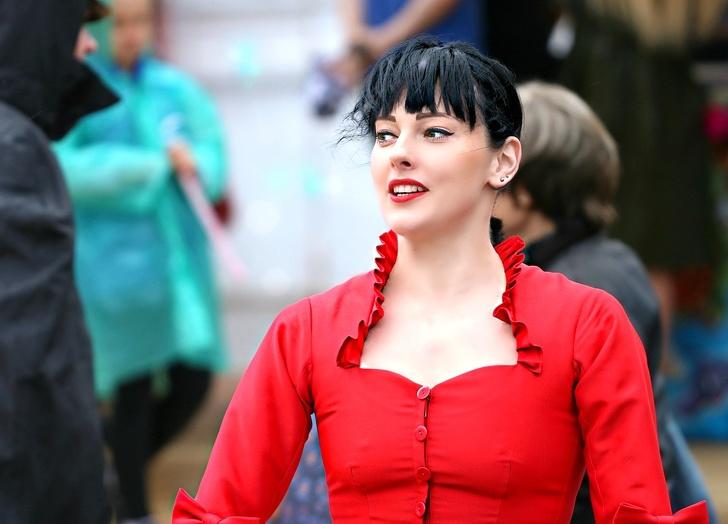 «Для кого одеваются российские женщины». Текст о том, почему нам так нужны длинные ногти и прозрачные блузки