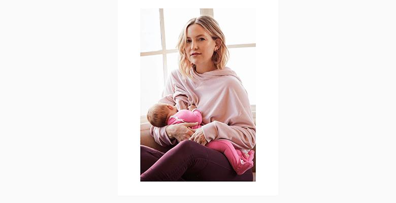 Кейт Хадсон кормит дочь груд…