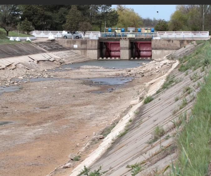 Бабуины перекрыли воду в Крым