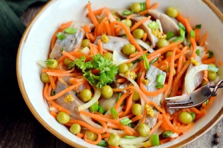Отменный салат с селедкой и морковью по-корейски