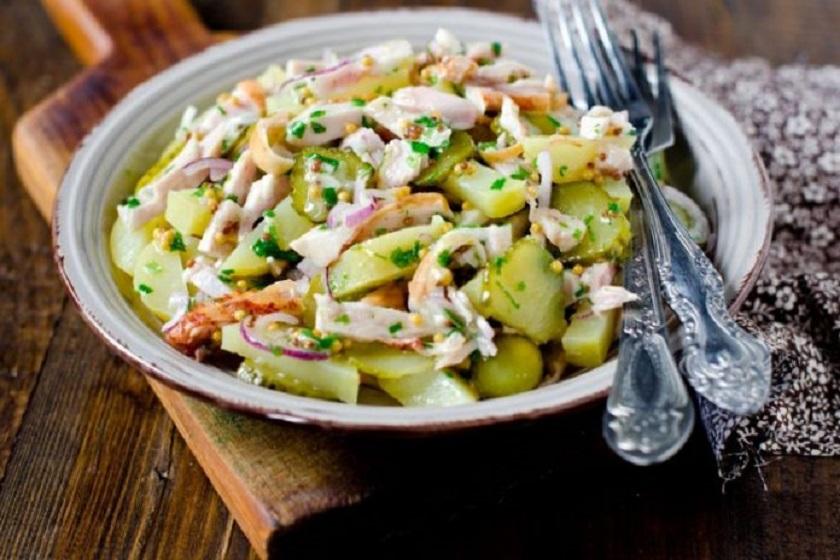 Картофельный салат с заправкой на сметане: всего за 30 минут