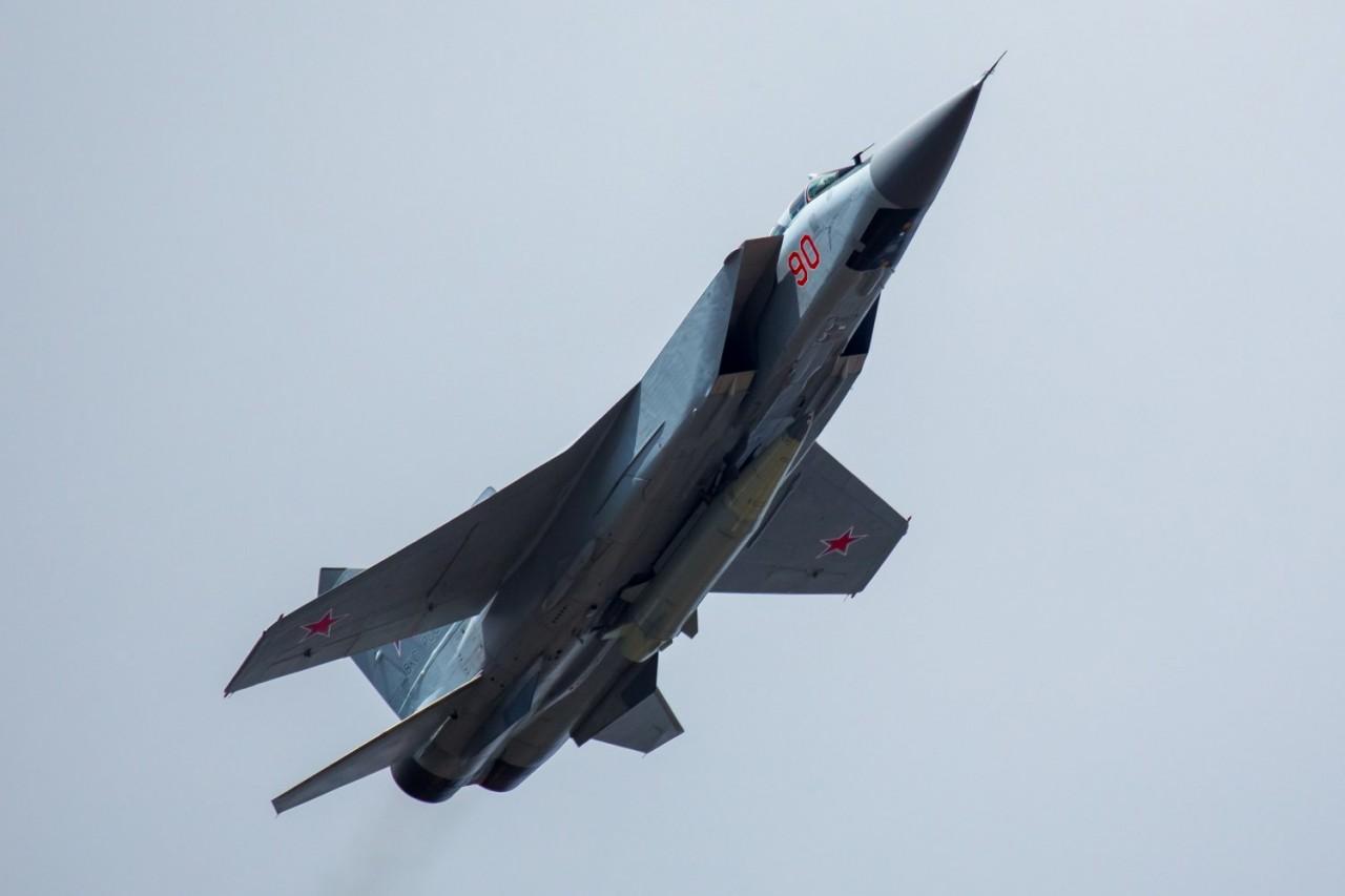 Парадный МиГ-31 с ракетой ко…