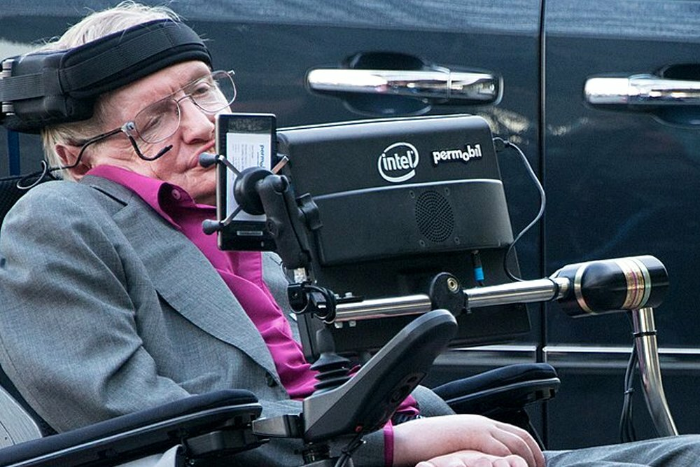 Стивен Хокинг. Он обнаружил, что черные дыры не такие уж и «черные», как считали эксперты. Источник изображения: wikimedia.org