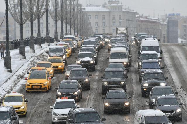 На трассах в Москве и Подмосковье возникли большие пробки из-за снегопада