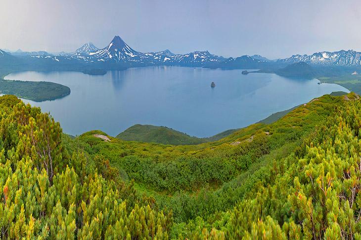 Вид на курильское озеро с сопки «Домашняя»