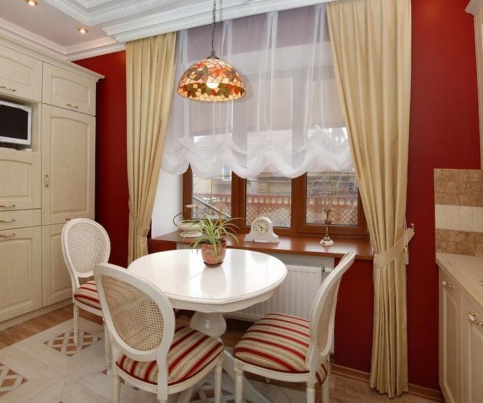 Цвет штор подбирайте в зависимости от общей цветовой гаммы кухни. / Фото: roomester.ru