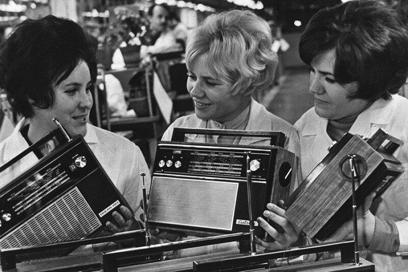Работницы радиозавода демонстрируют продукцию, 1970–е годы, Минск история, ретро, фото