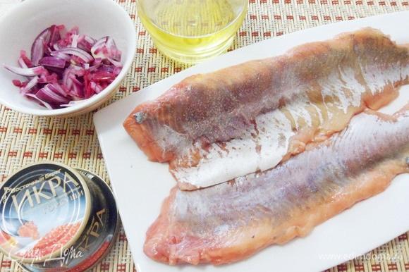 Подготовить филе горбуши: обсушить филе, посолить. Очистить красный лук и мелко нарезать.