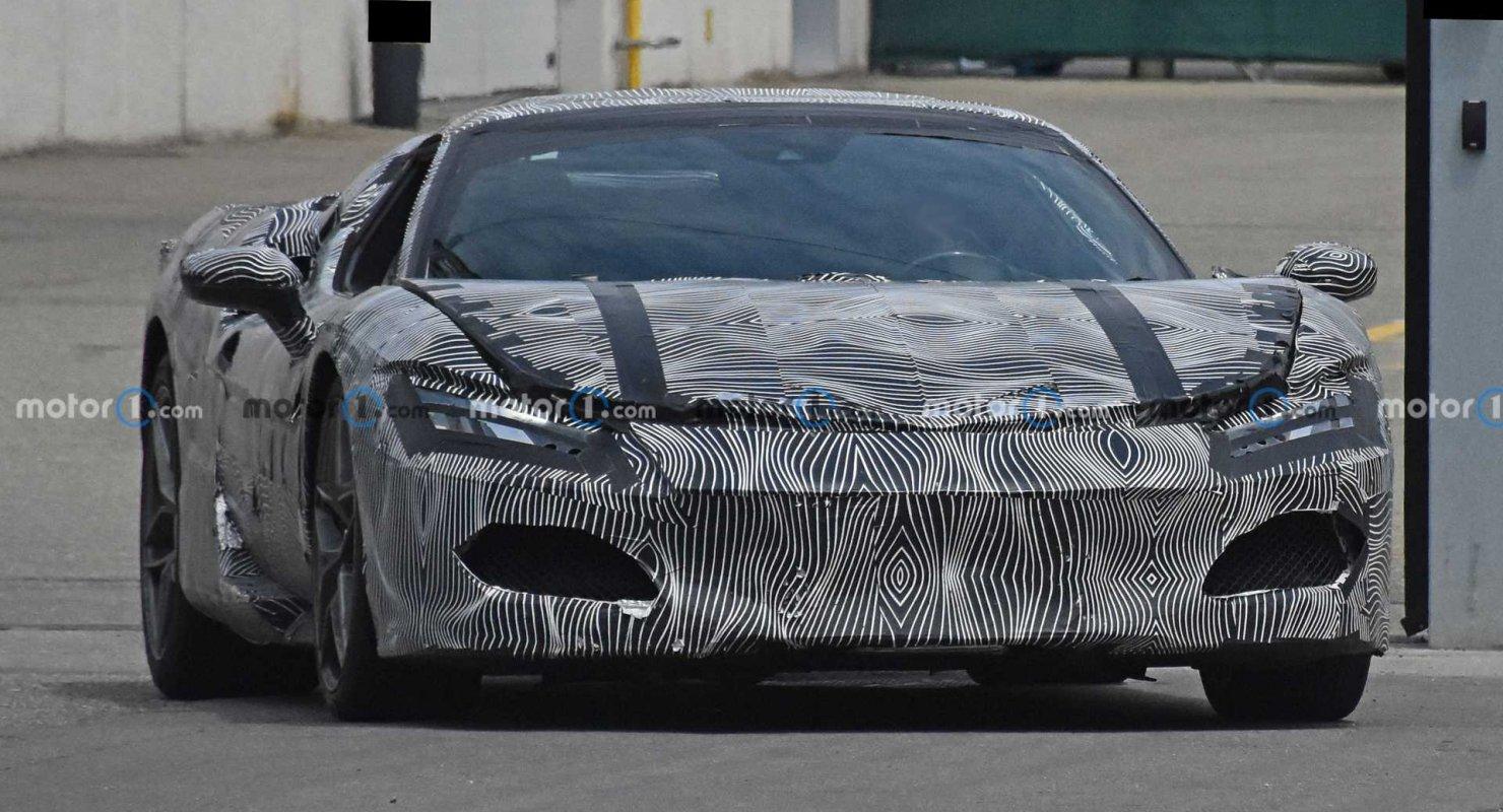 Гибридный Ferrari V6 заметили с сильно замаскированным серийным кузовом Автомобили