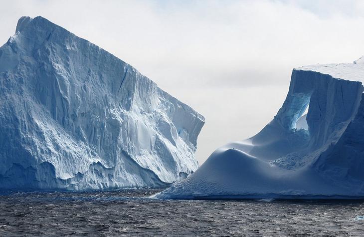 Айсберг недалеко от Антарктического полуострова