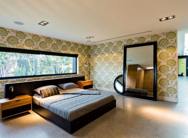 Кровать изголовьем к окну в доме в стиле модерн