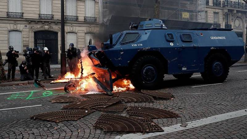 В Париж вошла бронетехника, протестующие строят баррикады