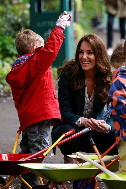 От уютного casual до романтичной классики: четыре новых образа Кейт Миддлтон в королевском туре по Шотландии Монархии