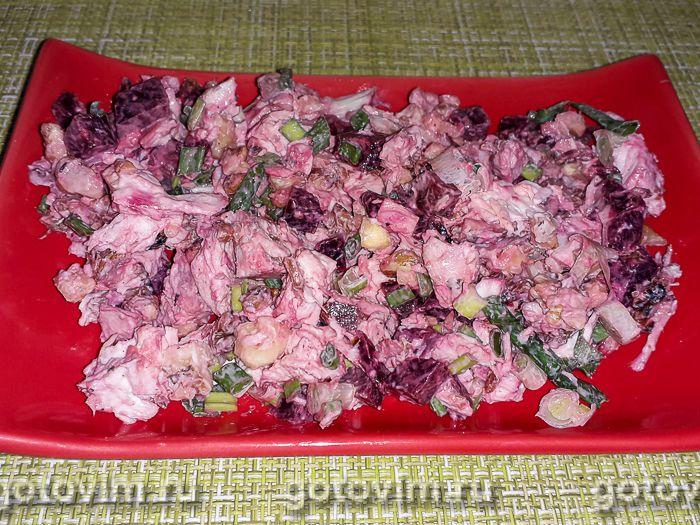 Салат из запеченной курицы со свёклой и грецкими орехами. Фотография рецепта