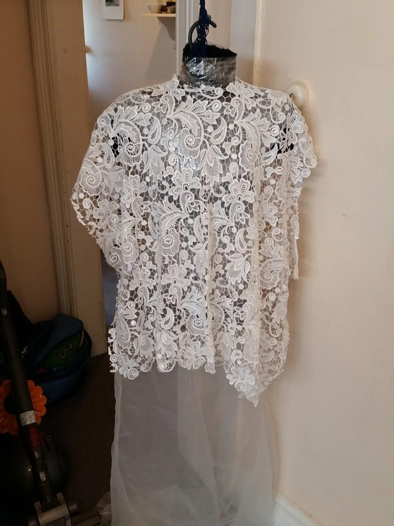Кружево расположила сверху подобно пончо, чтобы сделать плечи бесшовными платье, своими руками, создание