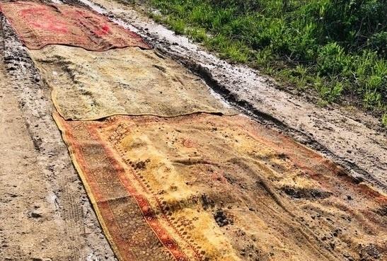 Власти Калужской области не могут найти застеленную коврами дорогу