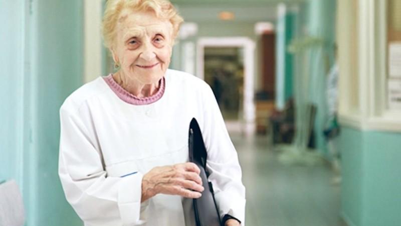 Эта женщина из Рязани оперирует в 90 лет. И на отдых не проситься!