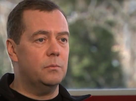 Медведев предложил бесплатно выдавать россиянам лекарства по назначению врача Политика