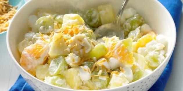 Фруктовый салат из ананаса, апельсина, винограда и маршмеллоу