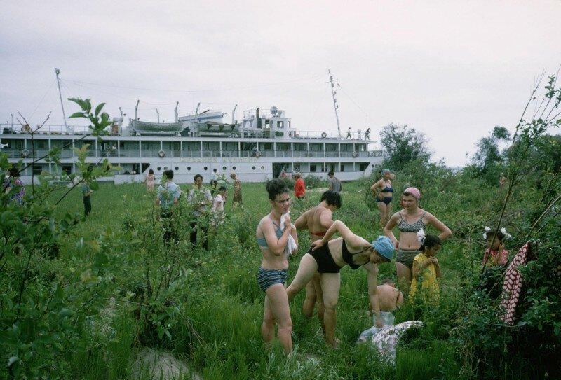 Жители Якутска на однодневной лодочной экскурсии высыхают после купания в холодных водах реки Лены, 1966 год история, ретро, фото