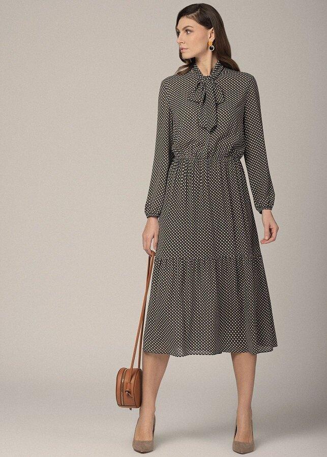 Романтическое платье с воротником-бантом и геометрическим принтом