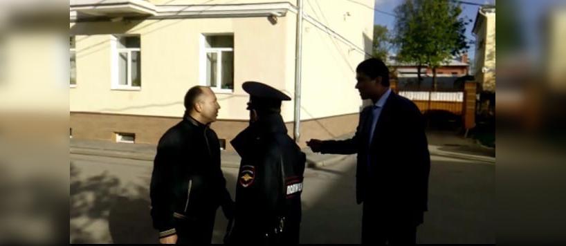«Ссал исрал янатебя»: ярославский чиновник плюнул встаросту дома вответ назамечание