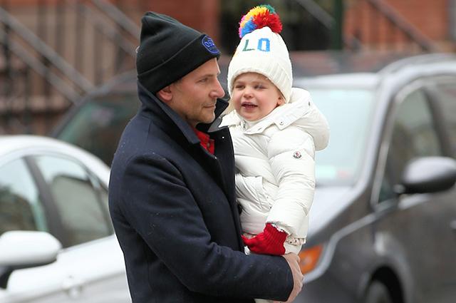 Брэдли Купер с дочерью Леей на прогулке в Нью-Йорке