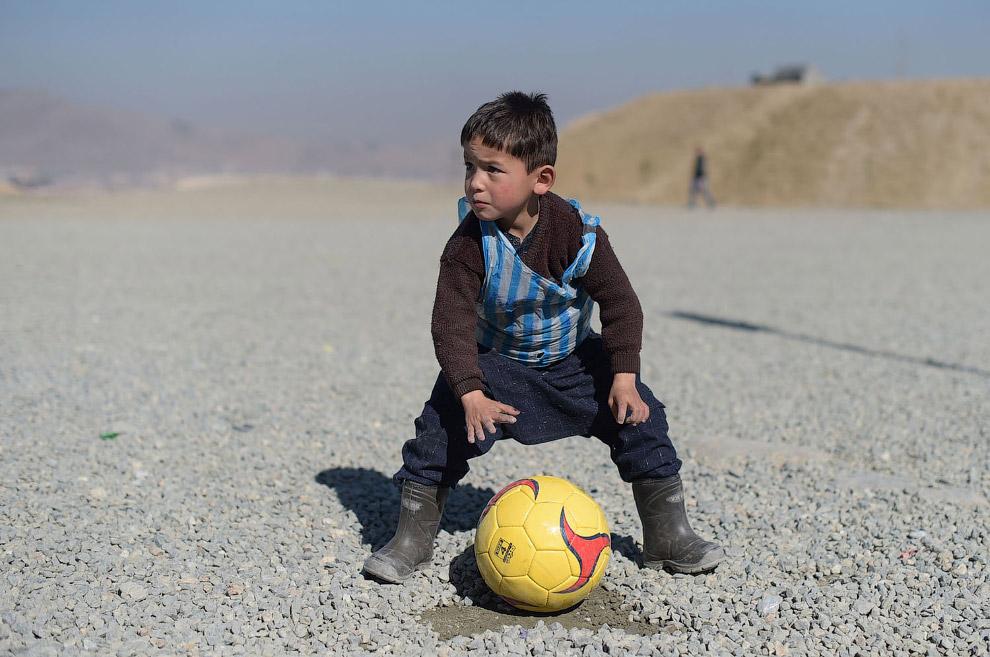 Молодой фанат Лионеля Месси играет в футбол в Кабуле