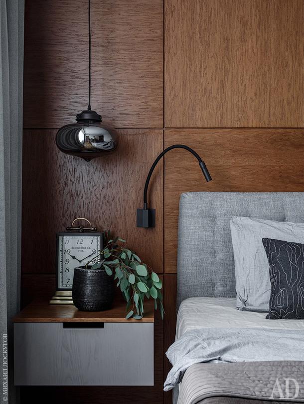 Фрагмент спальни. Стена за изголовьем кровати и прикроватная тумбочка сделаны на заказ по эскизам архитектора. Декоративные элементы, Moon Stores.